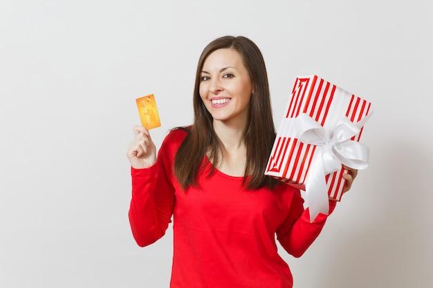 Mooie vrouw met creditcard, rode huidige doos met cadeau geïsoleerd op een witte achtergrond. voor reclame. st. valentijnsdag, internationale vrouwendag, kerstmis, verjaardag, vakantieconcept.