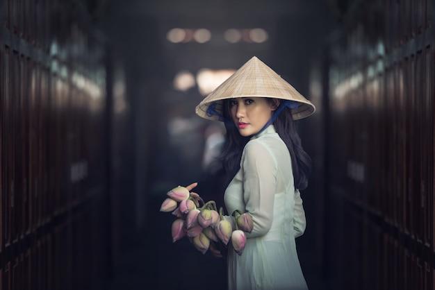 Mooie vrouw met de cultuur traditionele kleding van vietnam