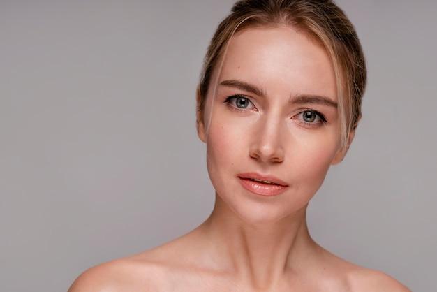 Mooie vrouw met duidelijke huid
