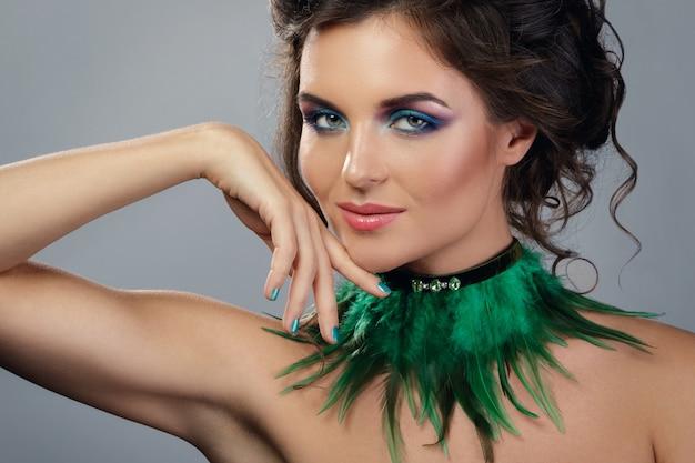 Mooie vrouw met dure oorbellen en stijlvolle ketting