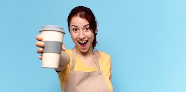 Mooie vrouw met een afhaalkoffie