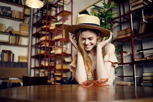 Mooie vrouw met een boek in de handen van een cafémode