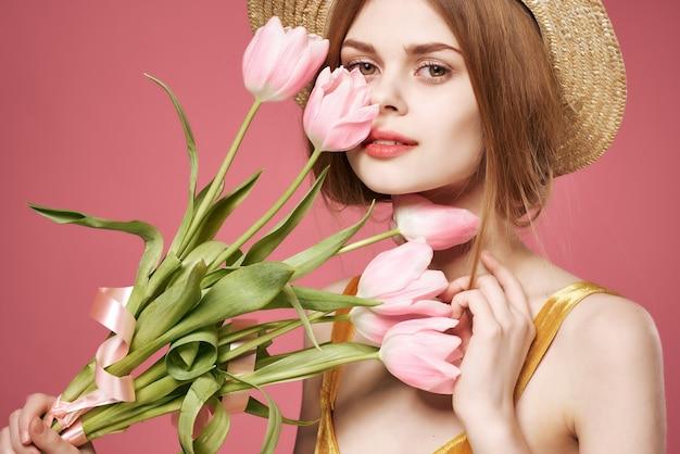 Mooie vrouw met een boeket bloemen als cadeaudecoratie zomerromantiek