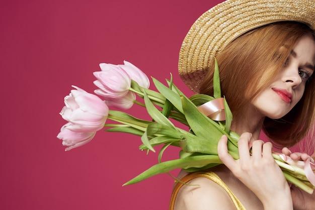 Mooie vrouw met een boeket bloemen een geschenk als een elegante levensstijl. hoge kwaliteit foto