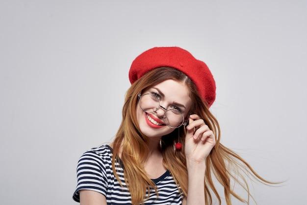 Mooie vrouw met een bril die zich voordeed, aantrekkelijke look, rode oorbellen, sieraden, levensstijl. hoge kwaliteit foto