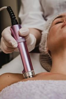Mooie vrouw met een cosmetische behandeling in het wellnesscentrum