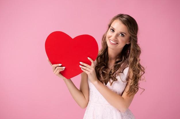 Mooie vrouw met een groot, rood hart