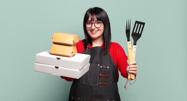 Mooie vrouw met een grote maat bezorgt koken, take-away fastfoodconcept