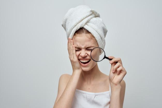 Mooie vrouw met een handdoek op mijn hoofd huidproblemen close-up