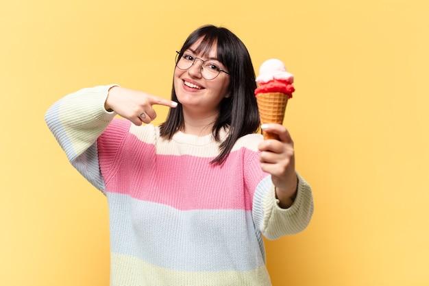 Mooie vrouw met een ijsje