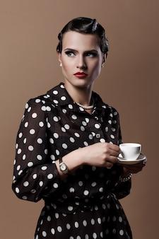 Mooie vrouw met een kopje koffie Gratis Foto