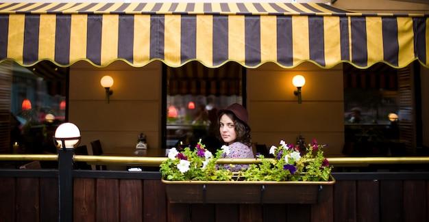 Mooie vrouw met een kopje thee zitten in een café.