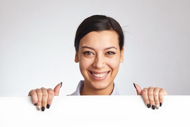 Mooie vrouw met een reclamebord.