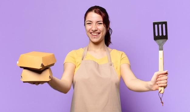 Mooie vrouw met een schort. afhaal hamburger bezorg concept