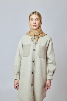 Mooie vrouw met een wintersjaal op haar hoofd