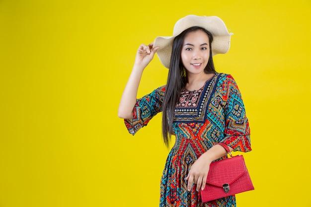 Mooie vrouw met een zak in het geel