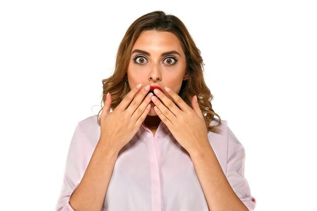 Mooie vrouw met expressieve ogen, zeer verrast en teleurgesteld over iets