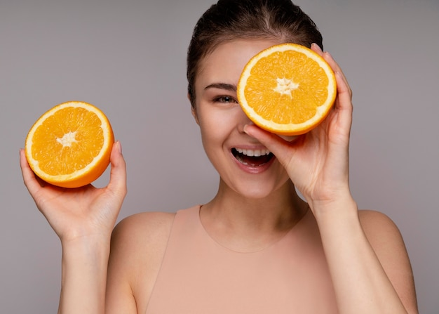 Mooie vrouw met gehalveerde sinaasappel