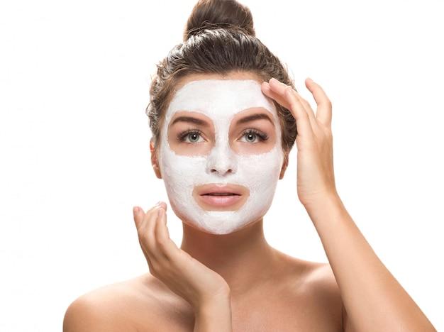 Mooie vrouw met gezichtsmasker