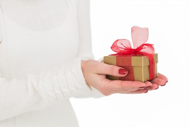 Mooie vrouw met gild geschenk