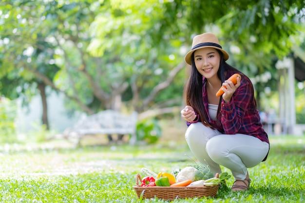 Mooie vrouw met groenten met wazige achtergrond