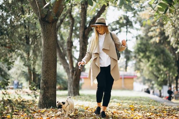 Mooie vrouw met haar hond