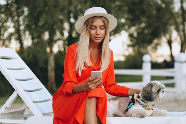 Mooie vrouw met haar schattige hond op vakantie