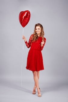 Mooie vrouw met hartvormige ballon st studio opname
