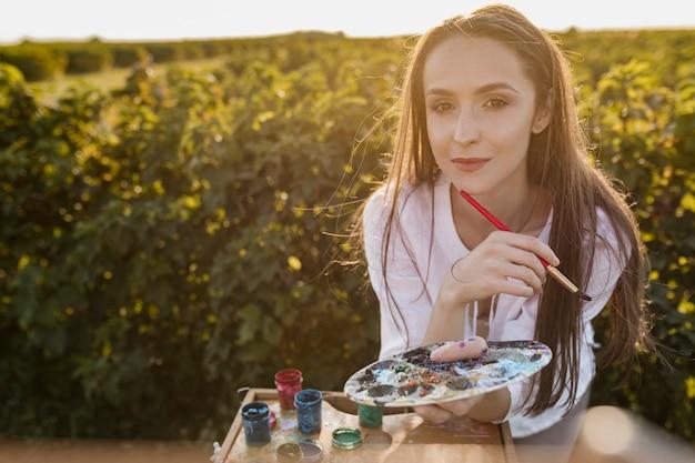Mooie vrouw met het schilderen van elementen