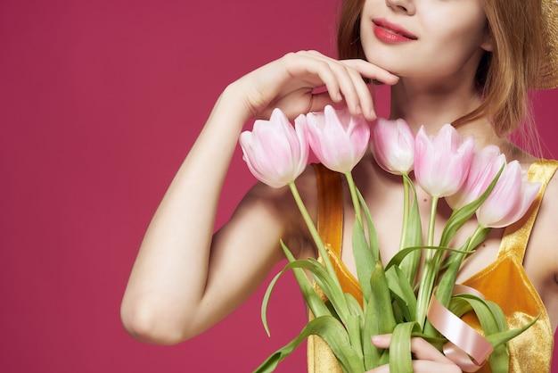 Mooie vrouw met hoed boeket bloemen romantiek cadeau close-up