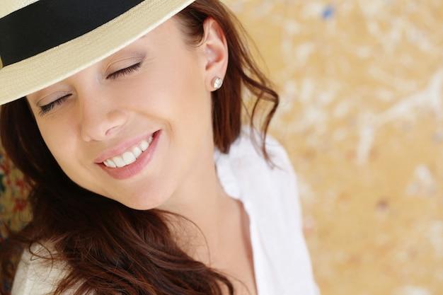 Mooie vrouw met hoed