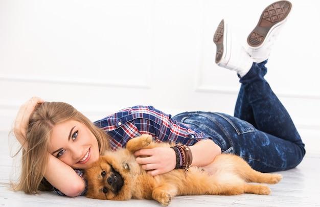 Mooie vrouw met hond