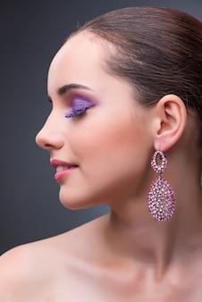 Mooie vrouw met juwelen in manierconcept