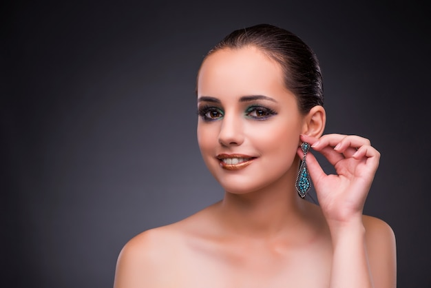 Mooie vrouw met juwelen in schoonheidsconcept