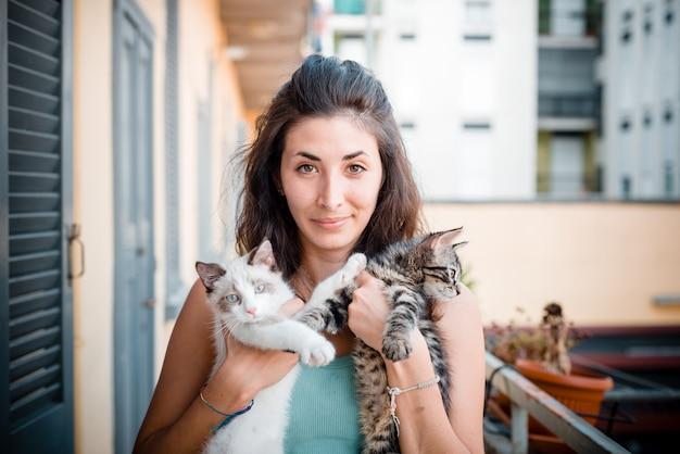 Mooie vrouw met katten