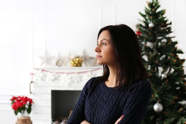 Mooie vrouw met kerstdecoratie