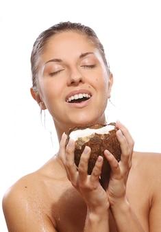 Mooie vrouw met kokosnoot in handen