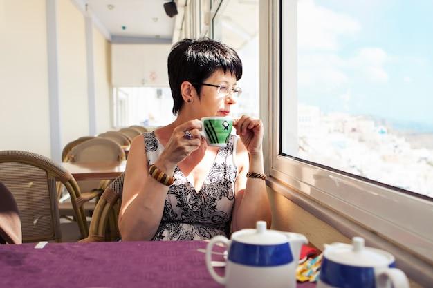 Mooie vrouw met kopje thee of koffie