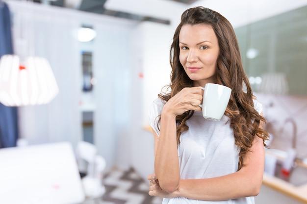 Mooie vrouw met kopje thee