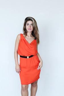 Mooie vrouw met koraal jurk