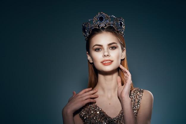 Mooie vrouw met kroon op haar hoofd prinses glamour decoratie model