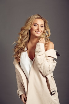Mooie vrouw met lang blond haar in beige bontjas