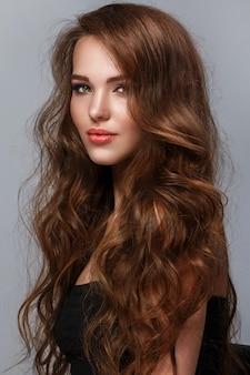 Mooie vrouw met lang glanzend haar