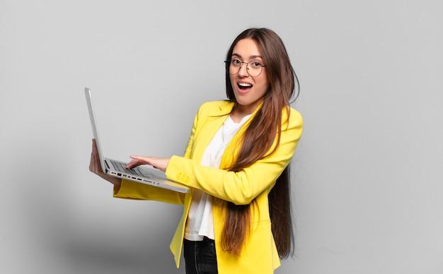 Mooie vrouw met laptop