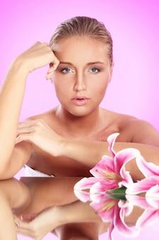 Mooie vrouw met leliebloem