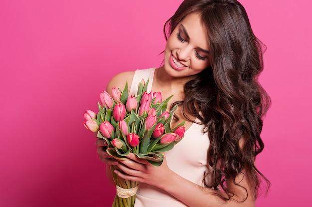 Mooie vrouw met lenteboeket