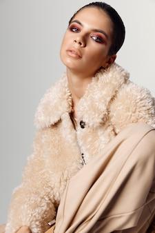 Mooie vrouw met lichte make-up aantrekkelijke look herfst mode close-up