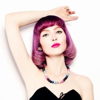 Mooie vrouw met lichte make-up en gekleurd haar