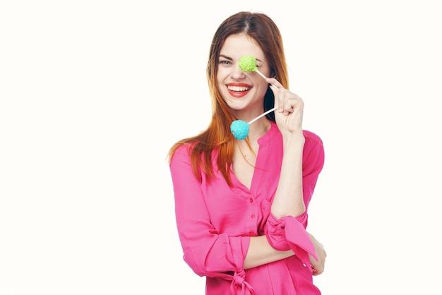 Mooie vrouw met lollies roze ferris shirt glamour lichte achtergrond. hoge kwaliteit foto