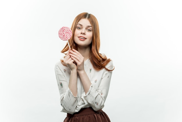 Mooie vrouw met lolly in het genot van handensnoepjes